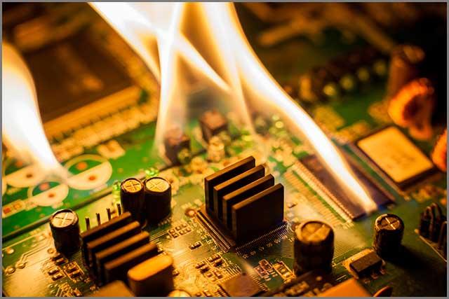 Placa de circuito en llamas